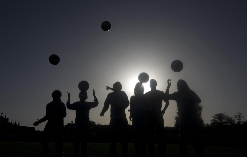 Fete palestiniene iau parte la o sesiune de antrenament la clubul de fotbal Beit Lahia, în nordul Fâşiei Gaza, la 28 aprilie 2014, ca parte a unui program de sport după-şcoală finanţat de către Asociaţia Palestina pentru încurajarea copiilor pentru sport.