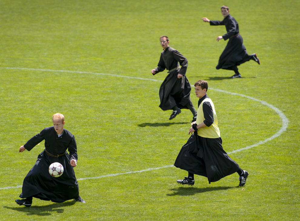 Seminaristi ai Seminarului Internaţional al Sfântului Pius al X-lea, joacă fotbal purtând sutane, duminică, 1 iunie 2014, în Riddes, vestul Elveţiei.
