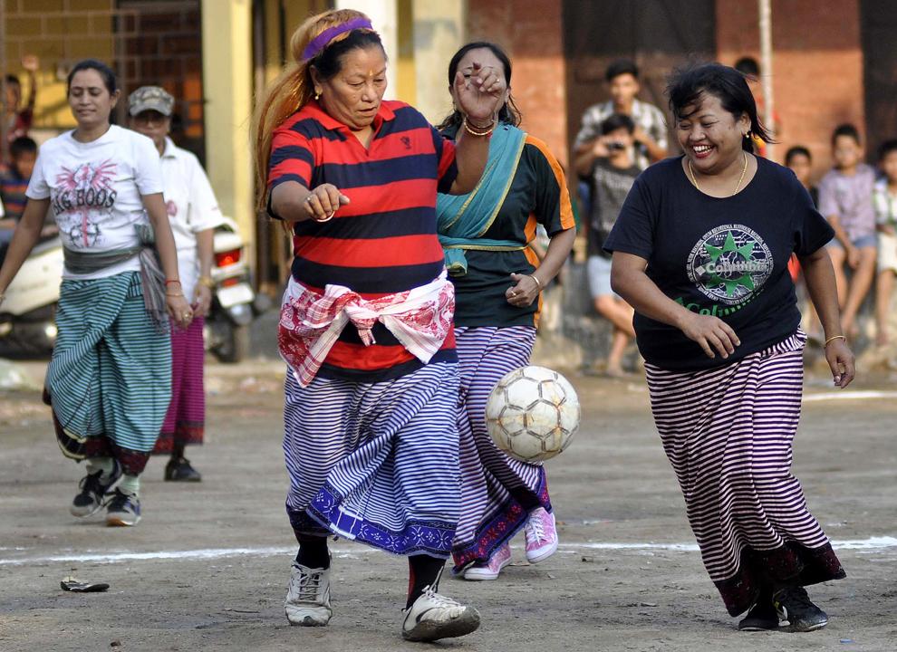 Femei manipuri îmbrăcate în rochii tradiţionale, joacă fotbal, ca parte a celebrării anului nou manipuri (Festivalul Cheiraoba) în Guwahati, capitala din nord-estul statului Assam, pe 18 aprilie 2014.