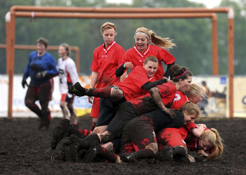 """Jucătoarele echipei feminine de fotbal """"Piesberger SV Osnabrueck"""" se bucură după calificarea în finala competiţiei Second German Open Swamp Football Championship, pe 26 mai 2013, în Rieste, vestul Germaniei."""