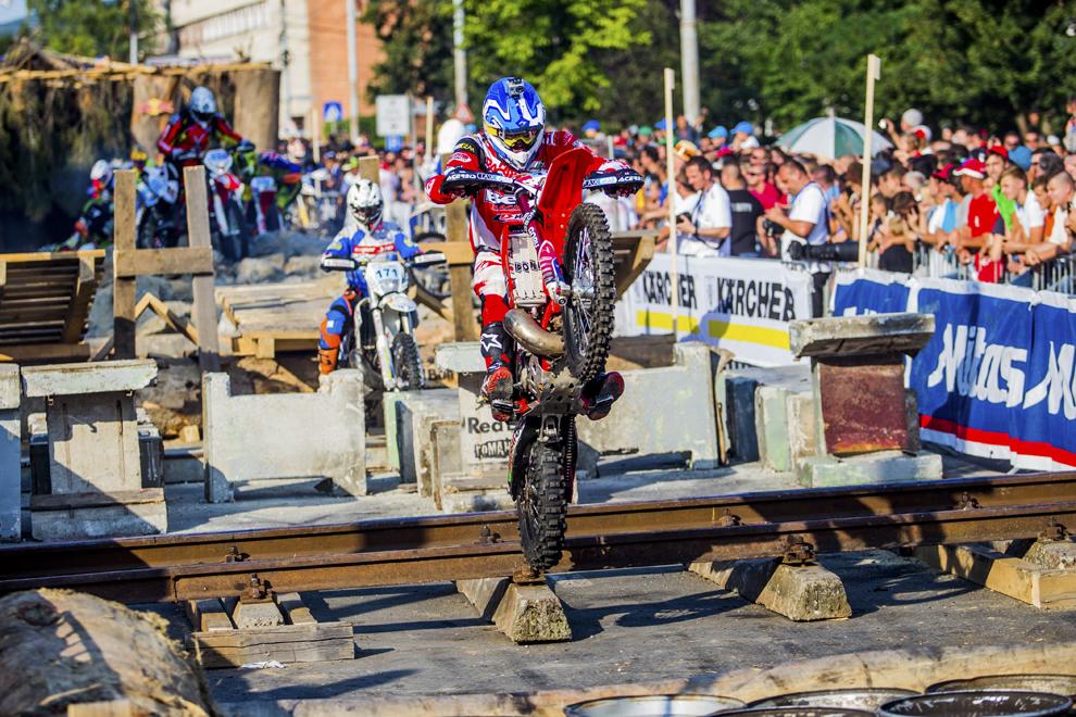 Un concurent participă la prologul Red Bull Romaniacs, ediţia a XI-a, în Sibiu, marţi, 15 iulie 2014.