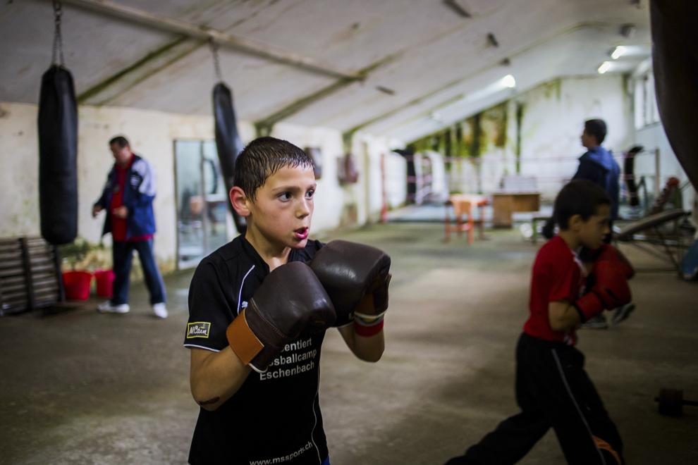 Ionuţ Budu, 11 ani, se antrenează în sala de antrenament ce aparţine CSM Sibiu, luni, 28 iulie 2014.