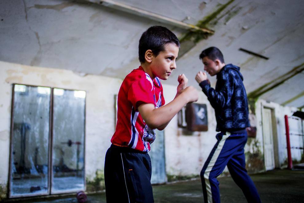 Lucian Lăcătuş, 11 ani, se antrenează în sala de antrenament ce aparţine CSM Sibiu, luni, 28 iulie 2014.