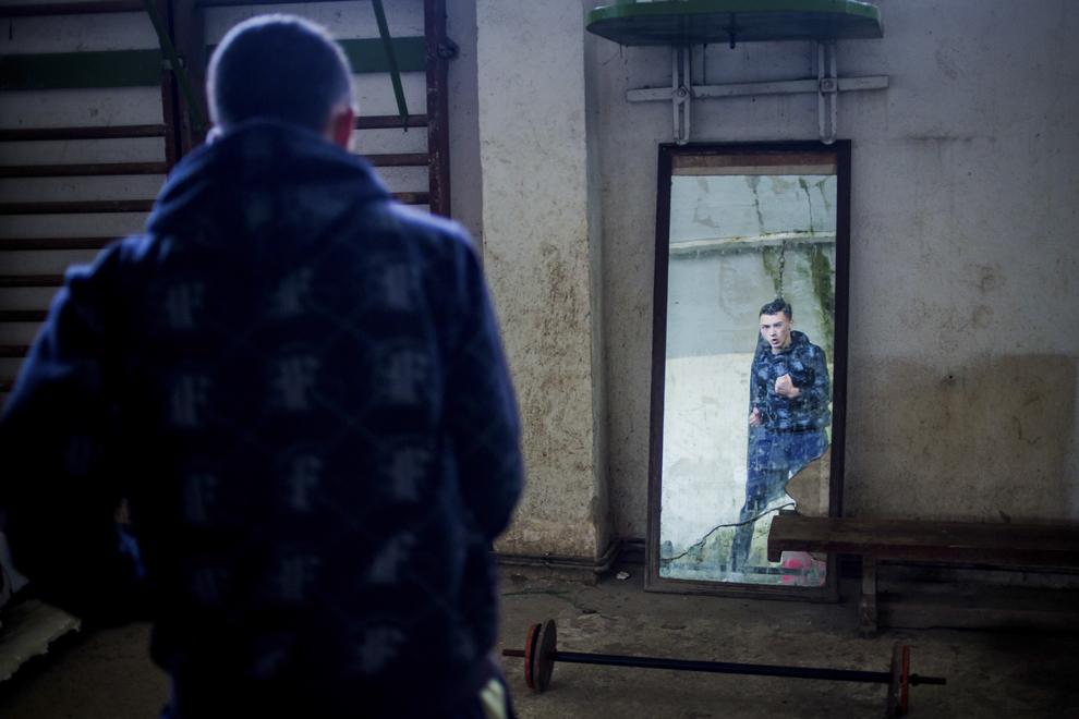 Rareş Mureşan, 16 ani, se antrenează în sala de antrenament ce aparţine CSM Sibiu, luni, 28 iulie 2014.