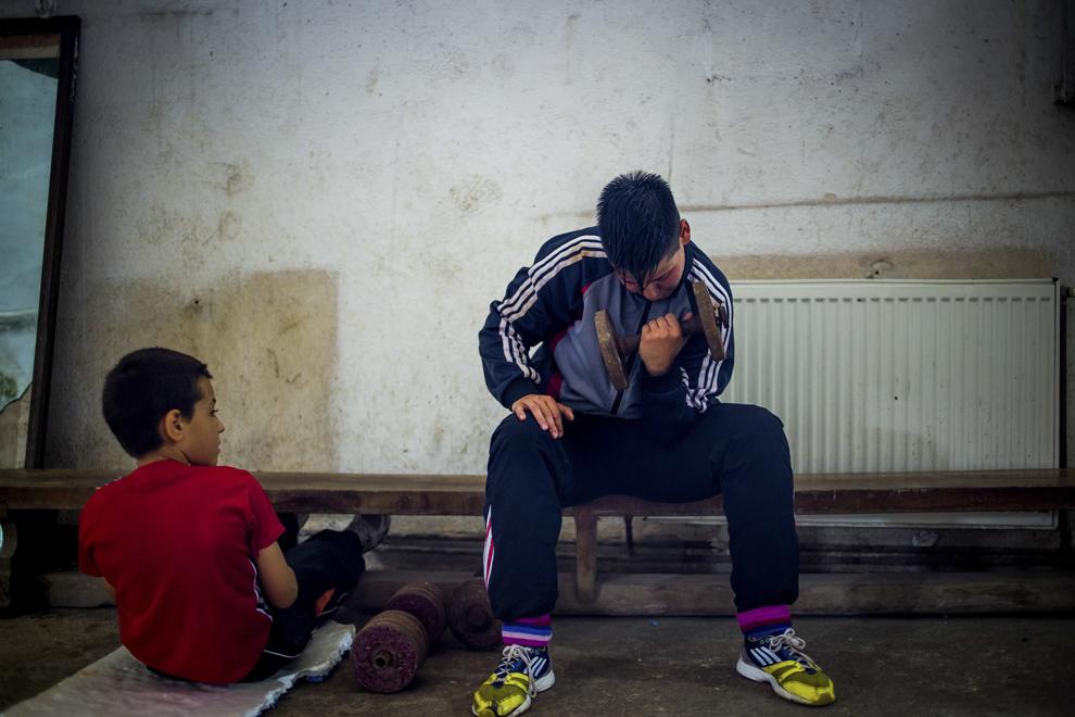 Lucian Lăcătuş, 11 ani, şi Irina Stoica, 27 ani, campioană naţională în 2013 şi câştigătoarea Cupei României la categoria de 60 kg în 2014, se antrenează în sala de antrenament ce aparţine CSM Sibiu, luni, 28 iulie 2014.
