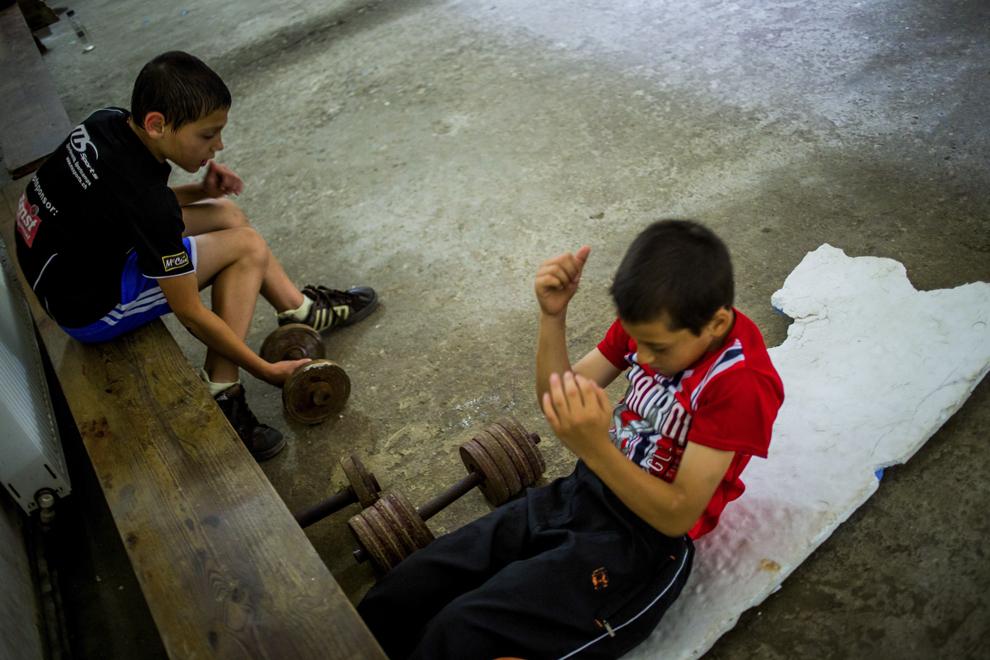 Ionuţ Budu, 11 ani, şi Lucian Lăcătuş, 11 ani, se antrenează în sala de antrenament ce aparţine CSM Sibiu, luni, 28 iulie 2014.