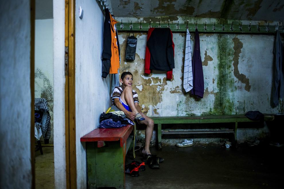 Ionuţ Budu, 11 ani, se schimbă de echipament în sala de antrenament ce aparţine CSM Sibiu, luni, 28 iulie 2014.