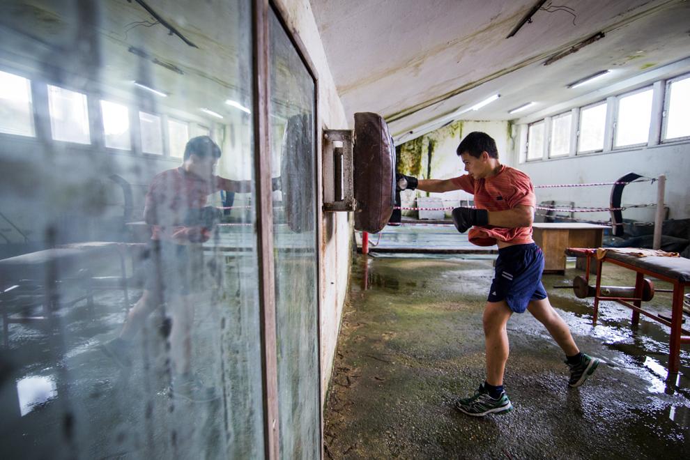 Ionuţ Suciu, 15 ani, se antrenează în sala de antrenament ce aparţine CSM Sibiu, luni, 28 iulie 2014.