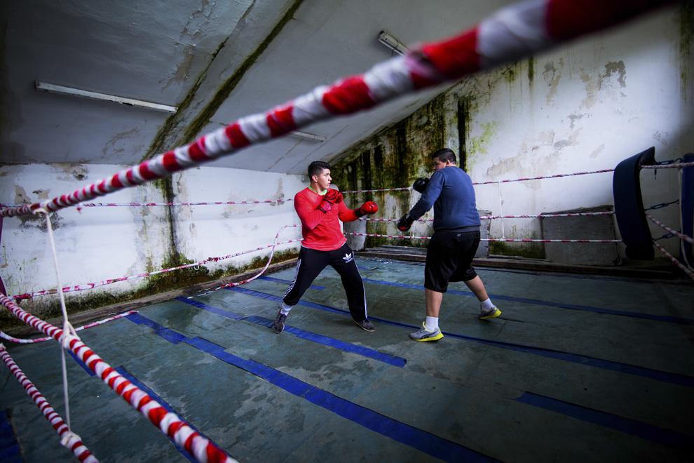 Alexandru Ciociu, medaliat cu bronz la naţionalele de cadeţi la categoria +80 kg în 2013 şi argint la campionatele naţionale din 2014, şi Sebastian Şerban, 15 ani, se antrenează în sala de antrenament ce aparţine CSM Sibiu, luni, 28 iulie 2014.