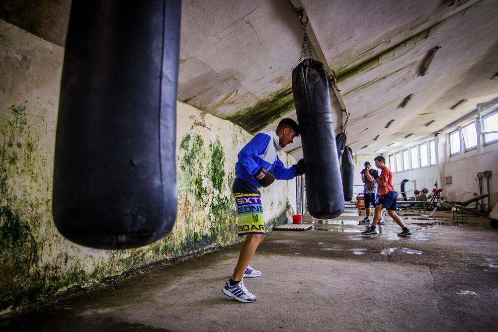 Sergiu Marin, 16 ani, component al lotului naţional de juniori, locul 2 la Cupa României în 2013 şi bronz la campionatele naţionale în 2014, se antrenează în sala de antrenament ce aparţine CSM Sibiu, luni, 28 iulie 2014.