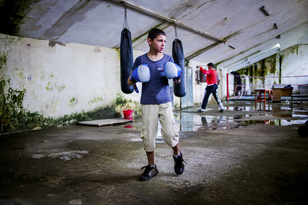 Ionuţ Budu, 11 ani, se antrenează în sala de antrenament ce aparţine CSM Sibiu, marţi, 29 iulie 2014.