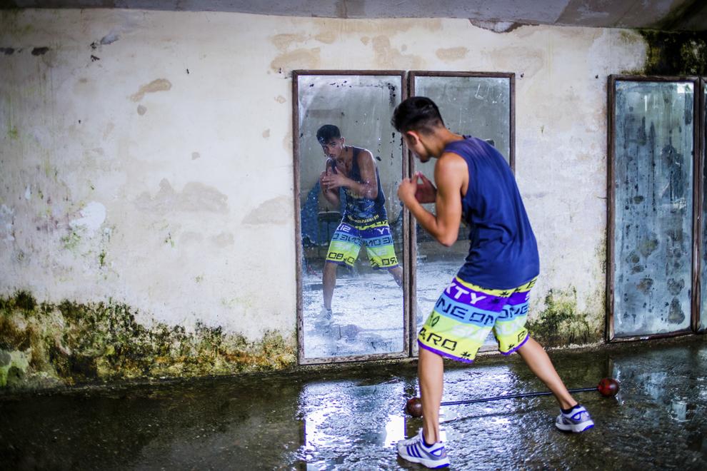 Sergiu Marin, 16 ani, component al lotului naţional de juniori, locul 2 la Cupa României în 2013 şi bronz la campionatele naţionale în 2014, se antrenează în sala de antrenament ce aparţine CSM Sibiu, marţi, 29 iulie 2014.