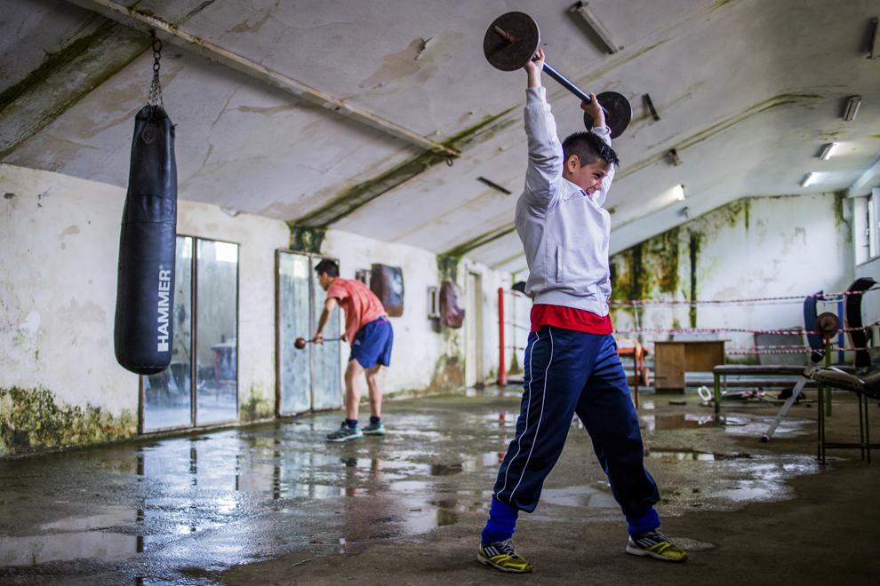 Irina Stoica, 27 ani, campioana naţională în 2013 şi câştigătoarea Cupei României (la 60 kg) în 2014, se antrenează în sala de antrenament ce aparţine CSM Sibiu, marţi, 29 iulie 2014.