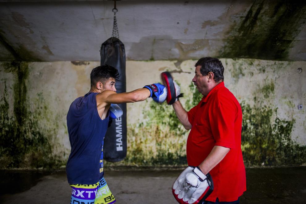 Sergiu Marin, 16 ani, component al lotului naţional de juniori, locul 2 la Cupa României în 2013 şi bronz la campionatele naţionale în 2014, se antrenează împreună cu antrenorul Emil Bihorean în sala ce aparţine CSM Sibiu, marţi, 29 iulie 2014.