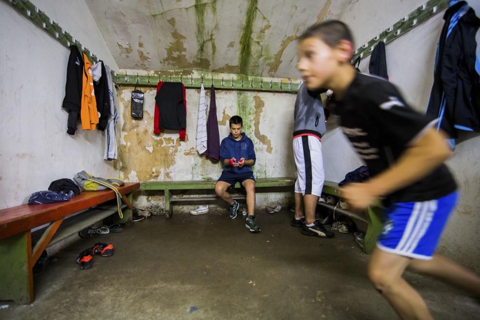 Ionuţ Suciu, 15 ani, se echipează în sala de antrenament ce aparţine CSM Sibiu, luni, 28 iulie 2014.
