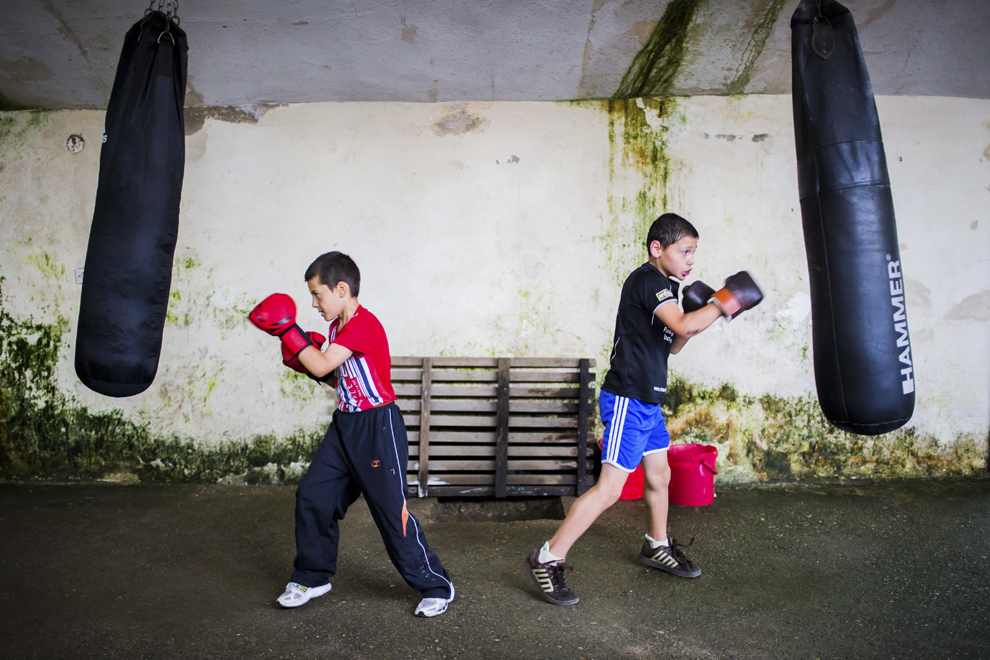 Lucian Lăcătuş, 11 ani, şi Ionuţ Budu, 11 ani, se antrenează în sala de antrenament ce aparţine CSM Sibiu, luni, 28 iulie 2014.