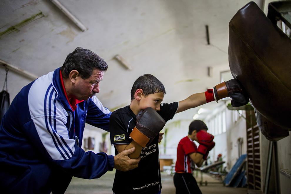 Antrenorul Emil Bihorean şi Ionuţ Budu, 11 ani, se antrenează în sala de antrenament ce aparţine CSM Sibiu, luni, 28 iulie 2014.