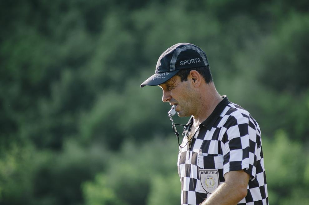 Un arbitru poate fi vazut in timpul unui meci de  oina in cadrul Cupei Satelor la Oina, in Savarsin, duminica 9 august 2015.