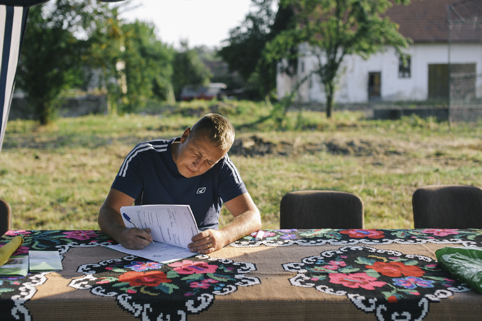 Un oficial poate fi vazut  in cadrul Cupei Satelor la Oina, in Savarsin, duminica 9 august 2015.