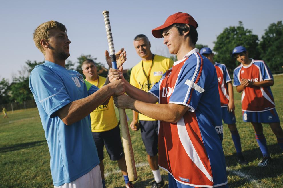 Tineri trag la sorti in vederea inceputului jocului, in cadrul Cupei Satelor la Oina, in Savarsin, duminica 9 august 2015.