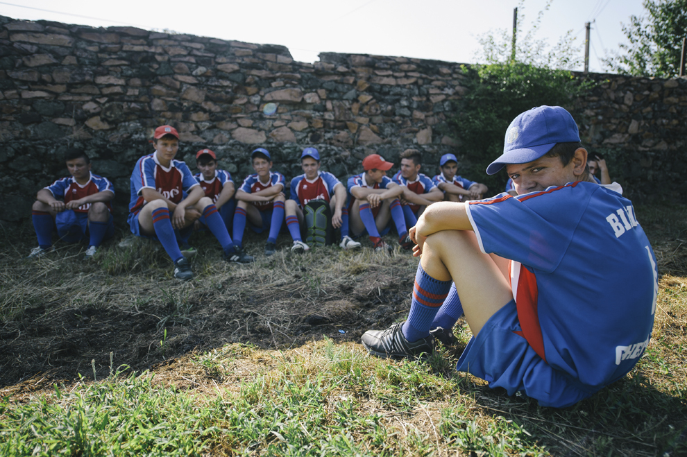 Membrii unei echipe de oina se odihnesc la finalul unui meci in cadrul Cupei Satelor la Oina, in Savarsin, duminica 9 august 2015.