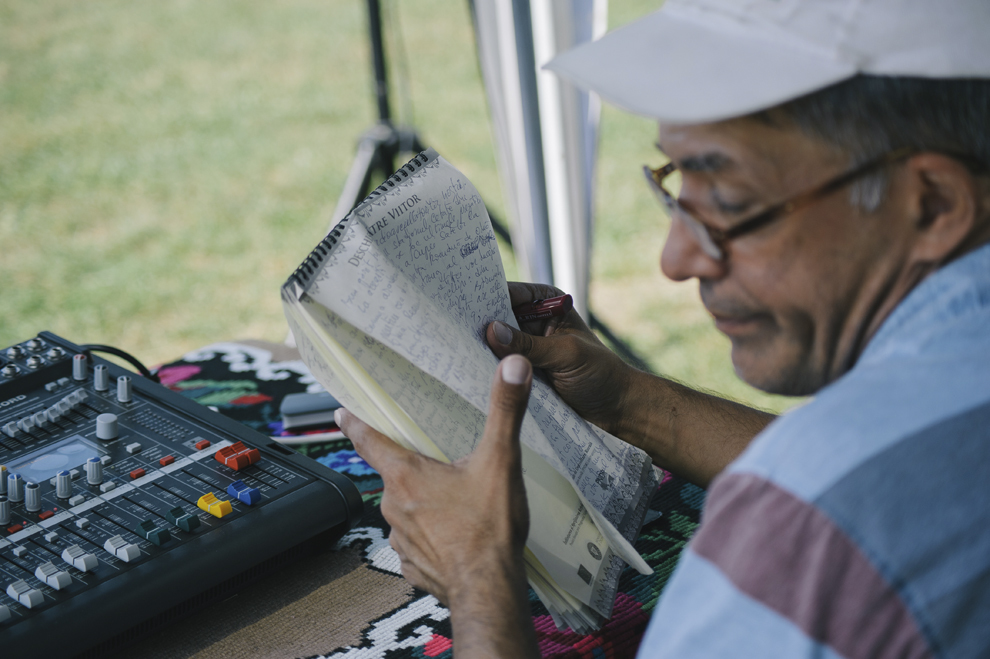 Un comentator al postului national de radio isi verifica notitele in timpul unei transmisiuni in direct, in cadrul Cupei Satelor la Oina, in Savarsin, duminica 9 august 2015.