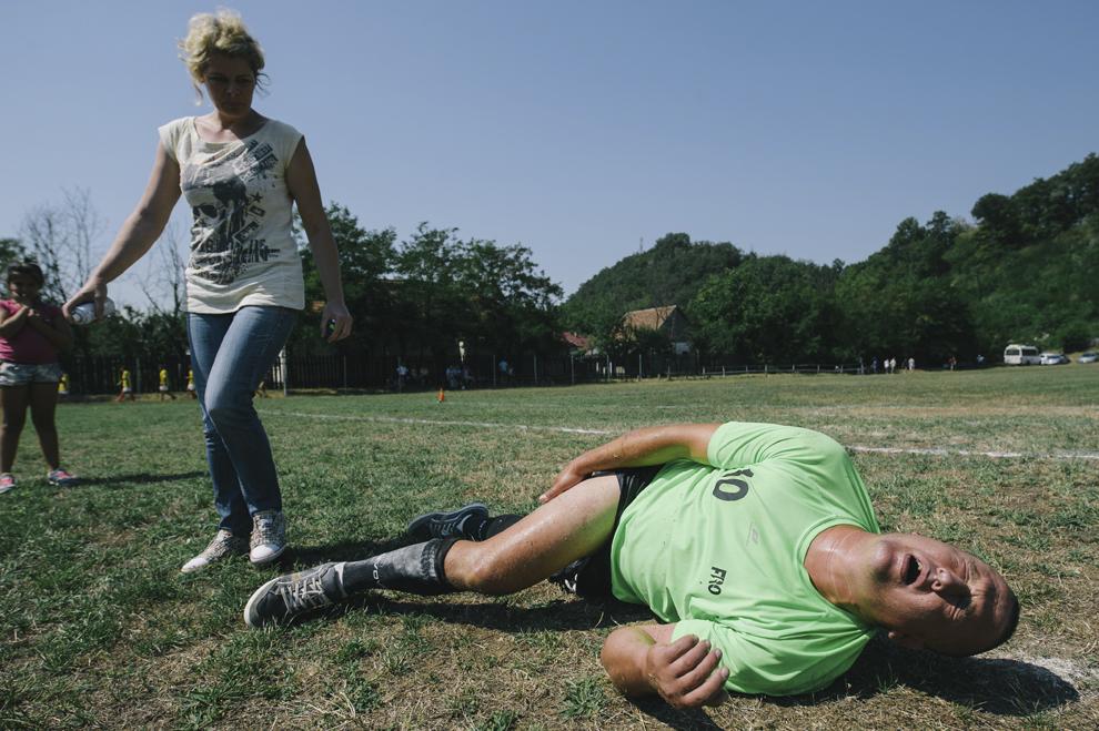 Un jucator s-a accidentat grav la finalul unui meci de oina, in cadrul Cupei Satelor la Oina, in Savarsin, duminica 9 august 2015.