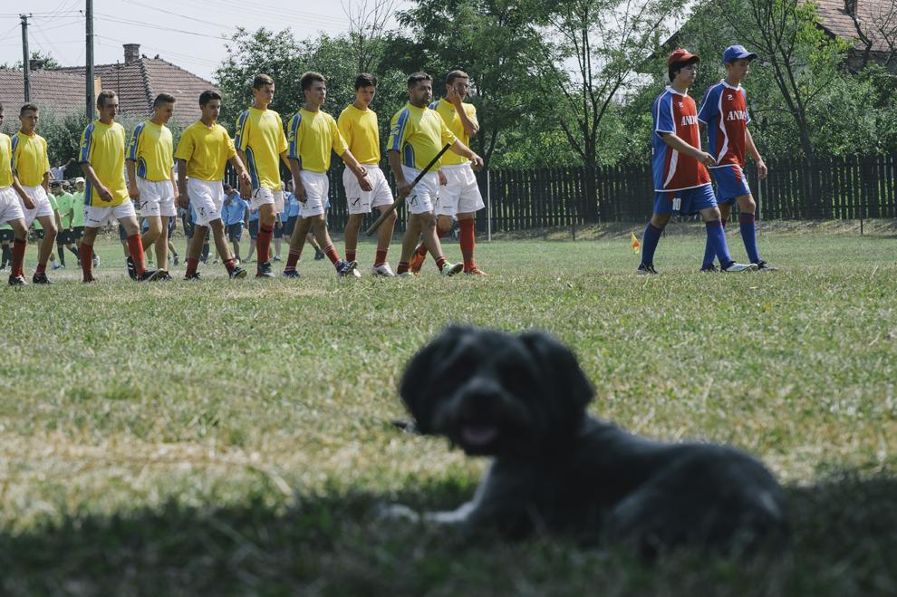 Echipele se pregatesc de inceperea unui meci de oina, in cadrul Cupei Satelor la Oina, in Savarsin, duminica 9 august 2015.