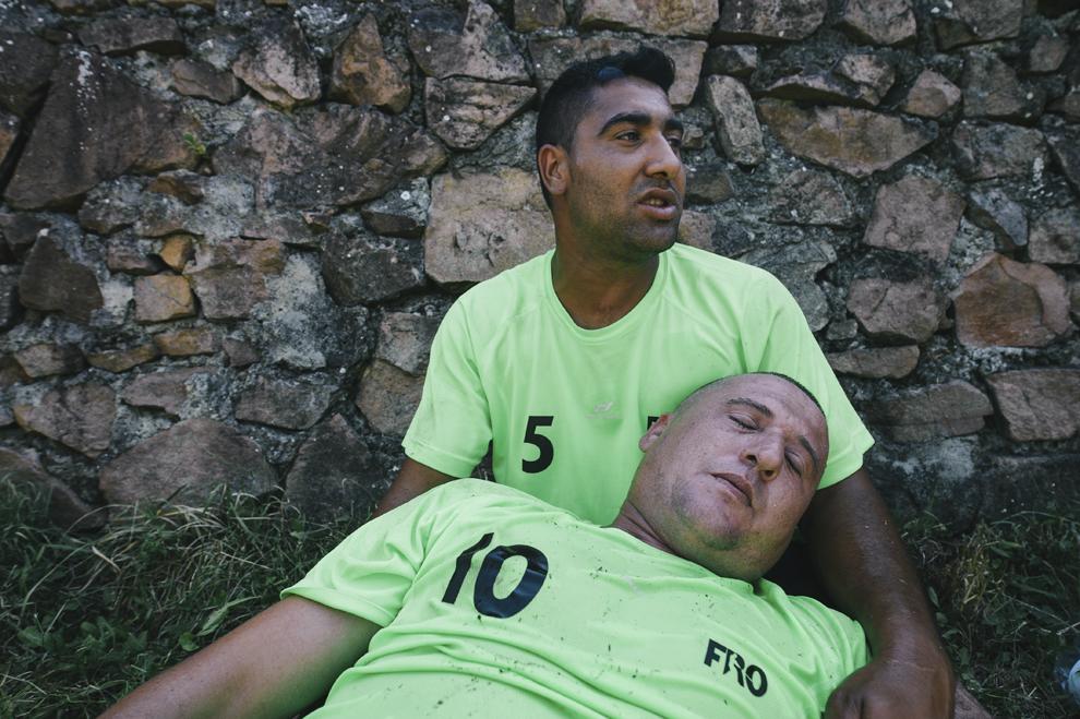 Un jucator care s-a accidentat grav la finalul unui meci de oina, se odihneste pe marginea terenului, in cadrul Cupei Satelor la Oina, in Savarsin, duminica 9 august 2015.