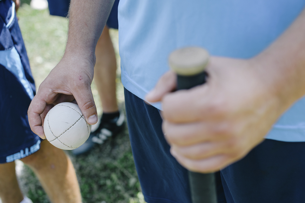 Un barbat tine in mana o minge de oina in cadrul Cupei Satelor la Oina, in Savarsin, duminica 9 august 2015.
