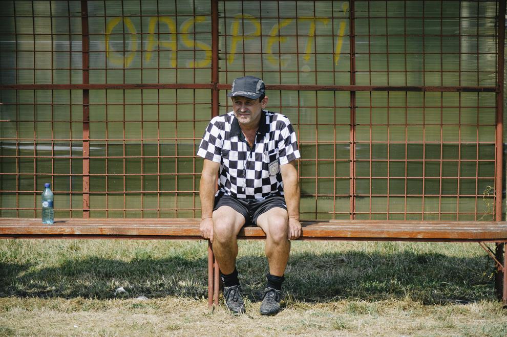 Un arbitru de oina sta pe banca de rezerve, in cadrul Cupei Satelor la Oina, in Savarsin, duminica 9 august 2015.