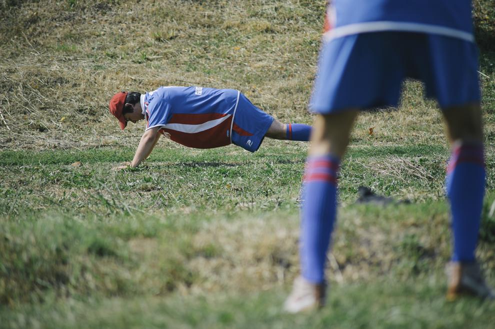 Tineri se incalzesc inaintea unui meci de oina,in cadrul Cupei Satelor la Oina, in Savarsin, duminica 9 august 2015.