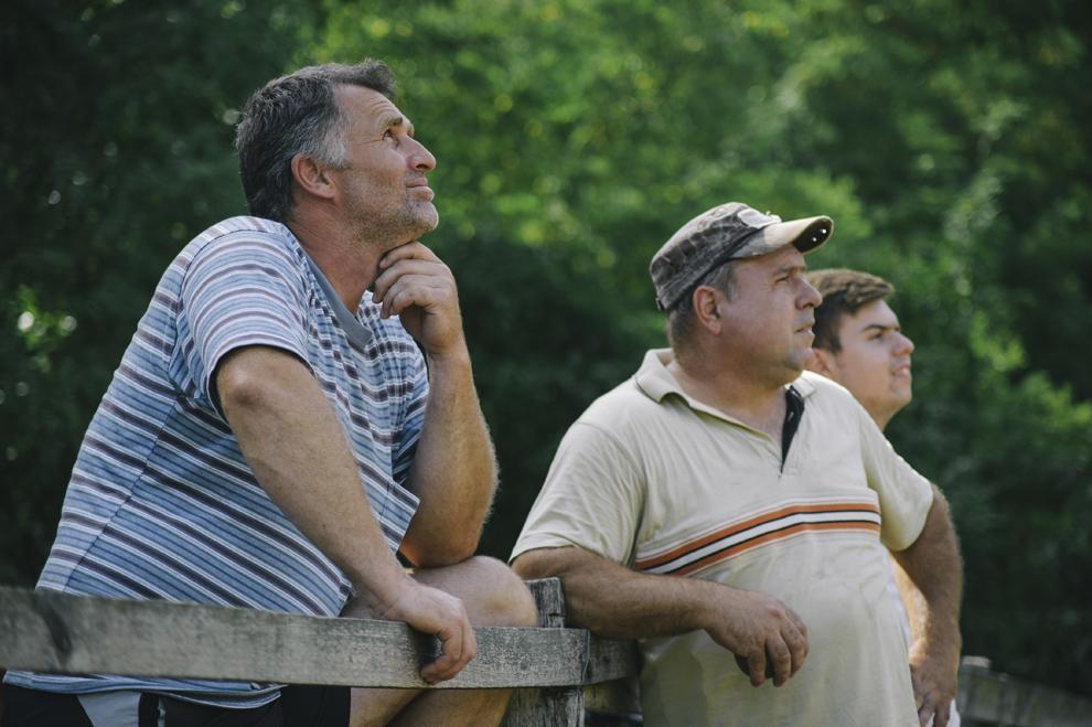 Spectatori urmaresc un meci de oina in cadrul Cupei Satelor la Oina, in Savarsin, duminica 9 august 2015.