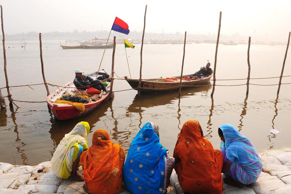Adepte hinduse săvârşesc un ritual la confluenţa râurilor Gange, Yamuna şi Saraswati, în timpul Kumbh Mela, joi, 5 februarie 2013. Peste 100 de milioane de credincioşi se vor aduna pentru a se îmbăia în apele sfinte. (Sanjay Kanojia / AFP)