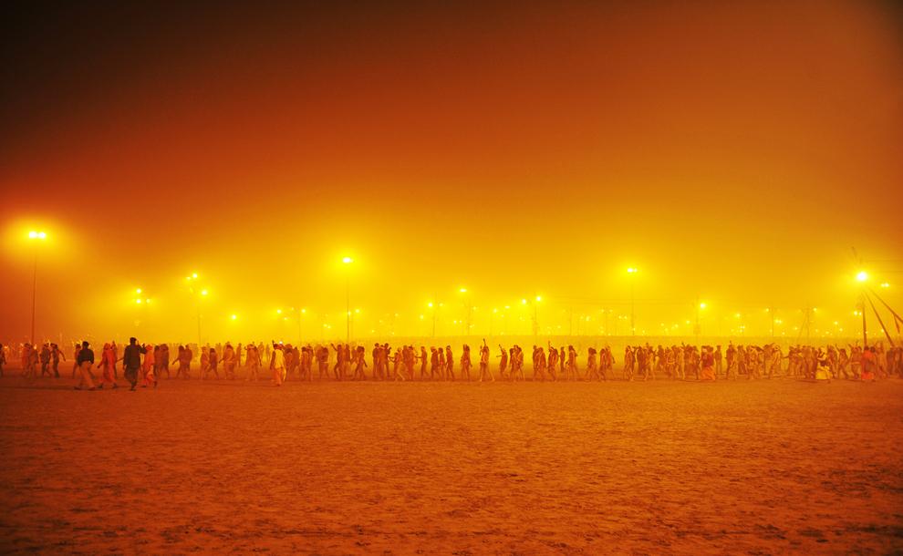 Sadhuşi (Oameni sfinţi) merg în timpul unei procesiuni către Sangam, la confluenţa râurilor Yamuna, Gange şi Sarawati, în timpul pelerinajului Kumbh Mela, sâmbătă, 14 ianuarie 2013. (Roberto Schmidt / AFP)