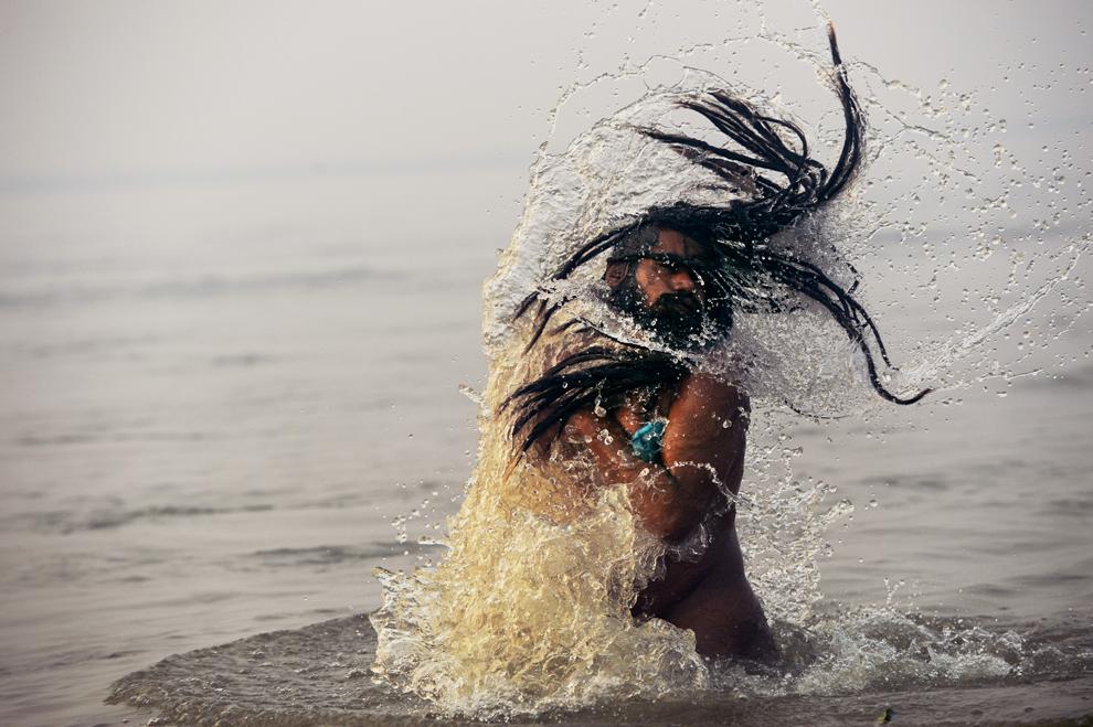 """Un Sadhu (""""Om Sfânt""""), iese la suprafaţă după ce s-a scufundat în Sangham, în timpul pelerinajului Kumbh Mela din Allahabad, luni, 14 ianuarie 2013. Peste 100 milioane de credincioşi vor participa la pelerinaj. (Robert Schmidt / AFP)"""