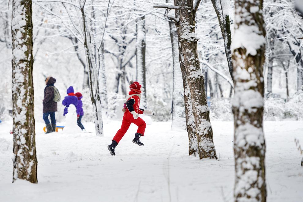 O fetiţă aleargă prin zapadă, în Parcul Drumul Taberei din Bucureşti, sâmbătă, 12 ianuarie 2013. (Andreea Alexandru / Mediafax Foto)