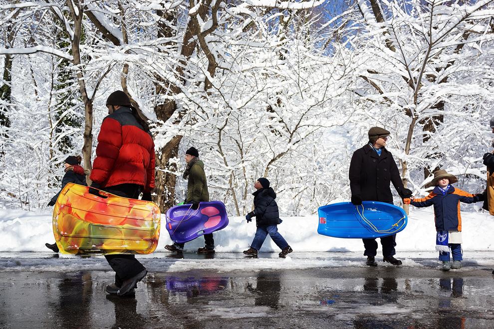 Oameni merg cu sănii în Prospect Park din Brooklyn, după o puternică furtună de zăpadă, sâmbătă, 9 februarie 2013, în New York City.(Spencer Platt / Getty Images / AFP)