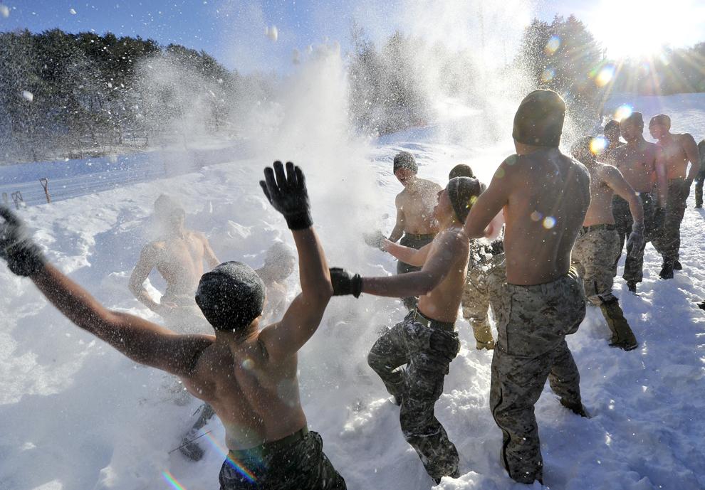 Soldaţi din Coreea de Sud şi puşcaşi marini americani se bat cu zăpadă în timpul unui exerciţiu de iarnă comun, în Pyeongchang, aproximativ 180 km est de Seul, la 7 februarie 2013. (Jung Yeon-Je / AFP)