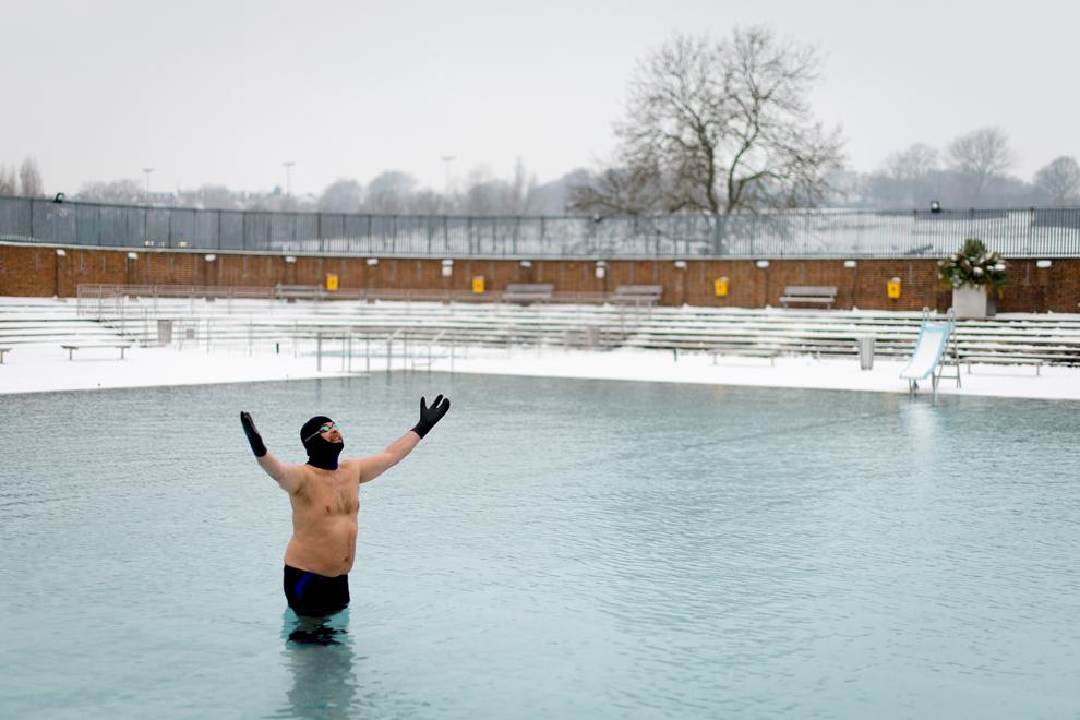 Pasionat de înot în aer liber, Ovidio Salazar înoată în apele îngheţate ale unui ştrand din nordul Londrei, sâmbătă, 19 ianuarie 2013. (Leon Neal / AFP)
