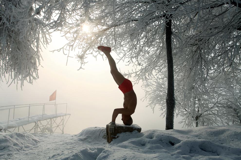 Profesorul pensionar Gao Yinyu, 77 ani, face exerciţii pe o temperatură de -25 grade C., in Jilin, nord-estul Chinei, joi, 17 ianuarie 2013. Gao face aceste exerciţii de mai bine de 10 ani, în fiecare dimineaţă. (AFP)