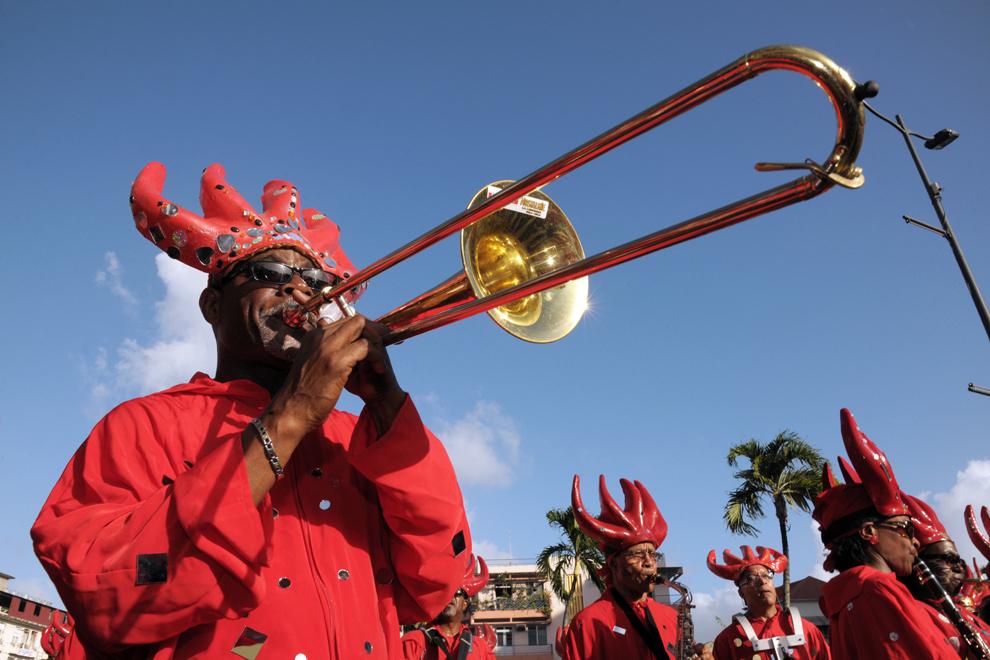 """Participanţi la carnavalul de """"Mardi Gras"""" evoluează pe strazile din Fort-de-France, pe insula Martinique,  Franţa, marţi, 12 februarie 2013."""