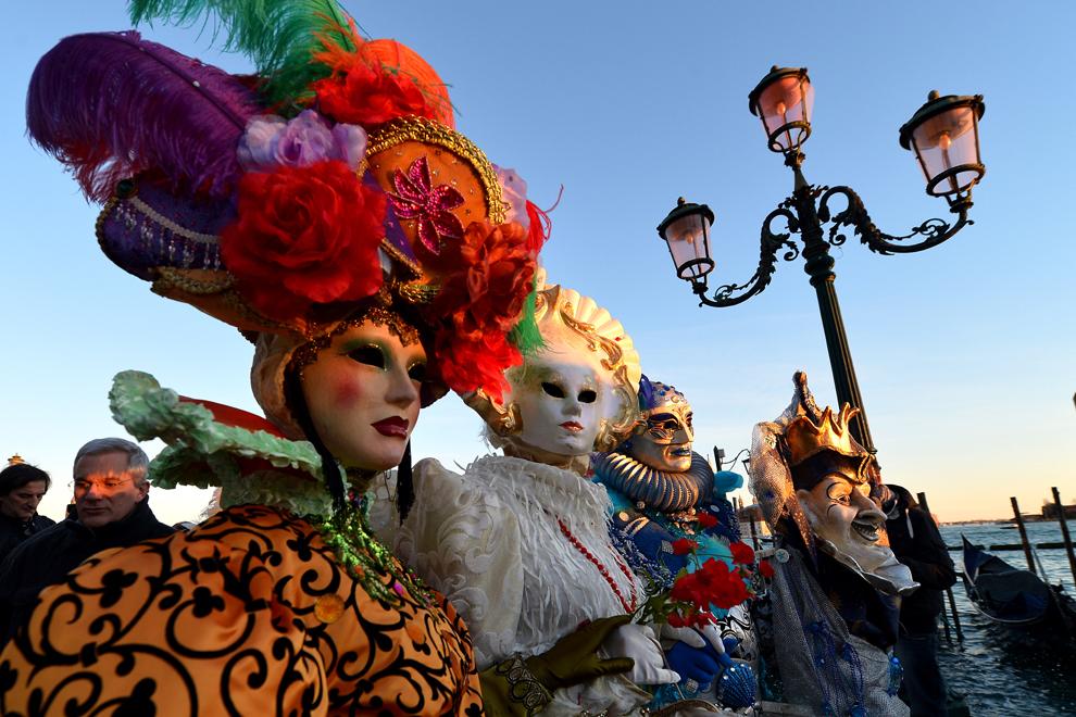 Persoane costumate pozează în piaţa San Marco, în timpul carnavalului de la Veneţia, duminică, 3 februarie 2013.