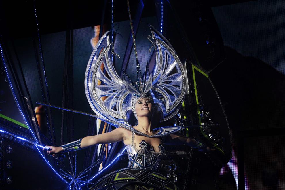 O candidată pentru postul de Regină a Carnavalului Santa Cruz 2013 evoluează în Santa Cruz de Tenerife, Spania, miercuri, 6 februarie 2013.