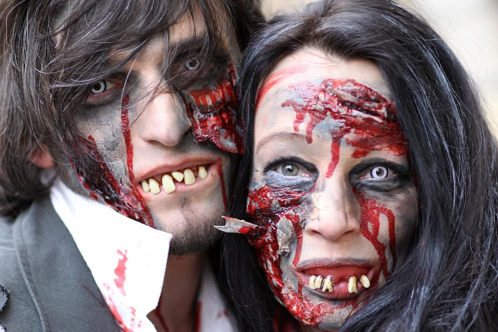 """Persoane costumate în zombie participă la parada tradiţionala """"Ossensamstag"""" în Osnabrueck, Germania, duminică, 9 februarie 2013."""