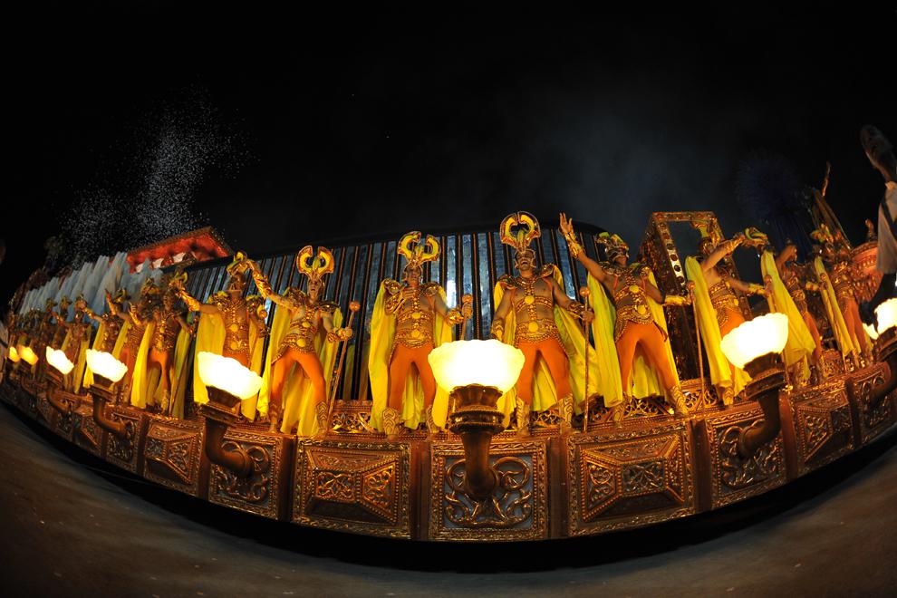 """Persoane de la şcoala de samba """"Unidos da Tijuca"""" dansează în prima noapte a carnavalului de la Rio pe Sambadromul din Rio de Janeiro, Brazilia, marţi, 11 februarie 2013."""