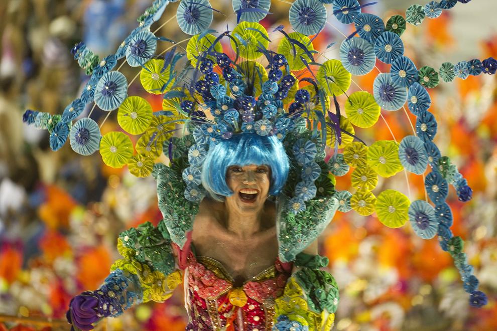 """Un dansator de la şcoala de samba """"Vila Isabel"""" evoluează pe Sambadrom, în cea de-a doua zi a paradei şcolilor de samba, miercuri, 12 februarie 2013."""