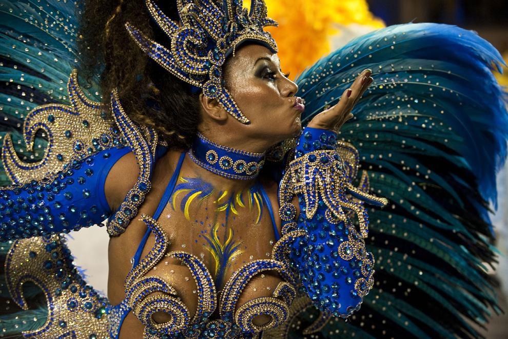 """O dansatoare de la şcoala de samba """"Academicos do Tatuape""""evoluează în prima noapte a paradei, în Sao Paolo, Brazilia, vineri, 8 februarie 2013."""
