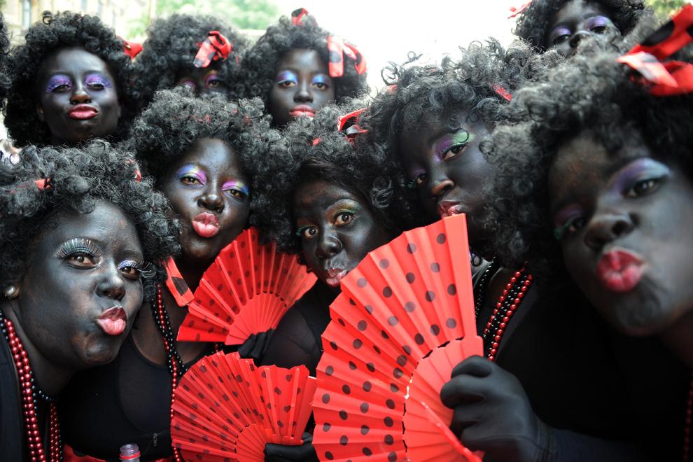 """Persoane participă la carnavalul tradiţional al orchestrelor """"Cordao do Bola Preta"""" desfăşurat pe bulevardul Rio Branco din Rio de Janeiro, Brazilia, duminică, 9 februarie 2013."""