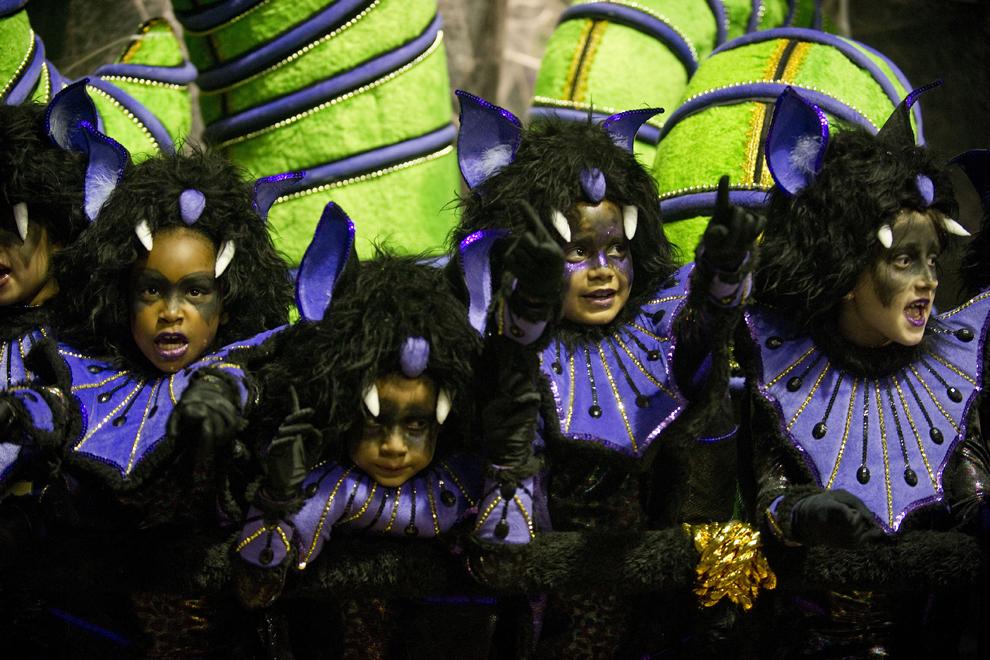 """Dansatori de la şcoala de samba """"Mocida de Alegre"""" evoluează pe Sambadrom, în cea de-a doua zi a paradei şcolilor de samba, luni, 10 februarie 2013."""